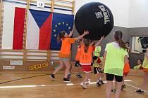 KIN-BALL  učili hrát žáci 1. stupně Základní školy ve Skuhrově nad Bělou svoje přátele z polského města Jazkowa Dolna.