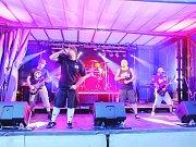 TÝNIŠŤSKÁ KAPELA  Band-a-SKA  při jednom ze svých vystoupení. Skupina vystupuje od roku 2011a hraní ji moc baví. Do konce tohoto roku by jí mělo vyjít nové CD.