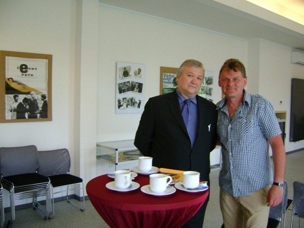 Vlevo Vítězslav Tichý, majitel největší soukromé filmové sbírky.