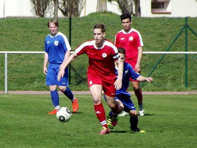 Pět gólů inkasovali v utkání krajského přeboru na hradecké Slavii dorostenci Týniště nad Orlicí (modré dresy).