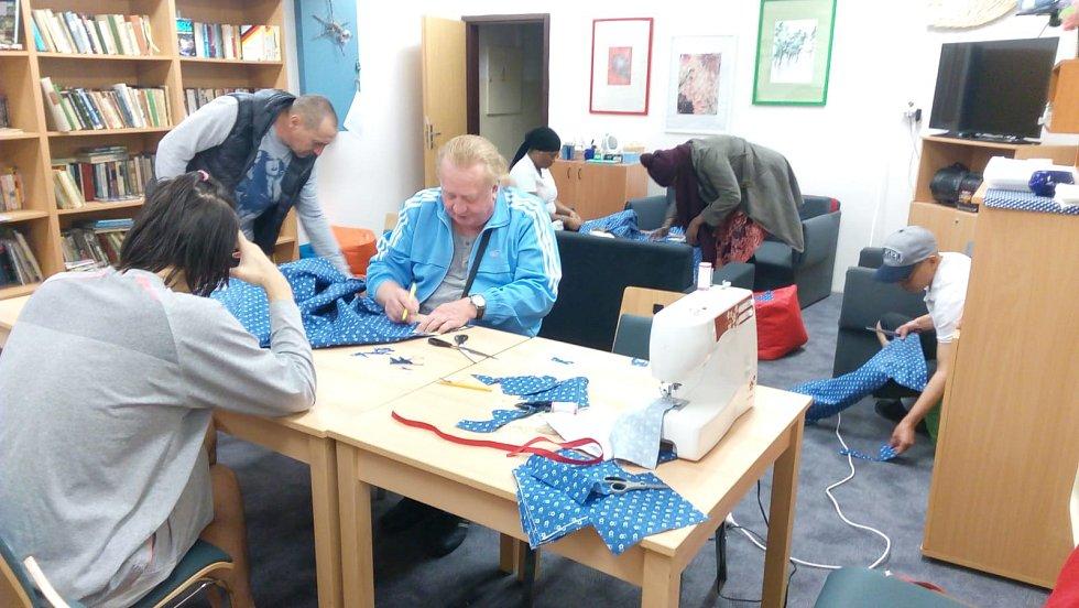 Do šití roušek se zapojují zaměstnanci i klienti středisek Správy uprchlických zařízení.