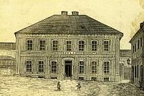 Starý domek čp. 4 byl zbořen, na jeho místě byla v roce 1864 postavena obecná škola. Později byla rozšířena, snímek po přístavbě přineseme příště. Zajímavé je, že podle kroniky platil většinu nákladů kníže, podle obrázku obec. Tisková chyba? Nebo zárodek