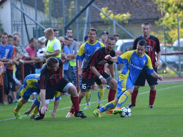 Fotbalisté Černíkovic porazili v minulém kole Vamberk 4:1 a poprvé se v jejich dresu představil zkušený defenzivní hráč Jan Plašil (č. 16). Zítra Černíkovice přivítají Albrechtice.