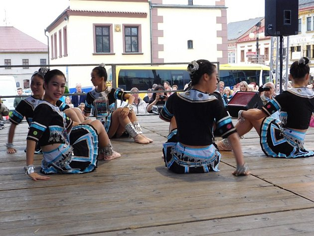 Čínské tanečnice se představily v Dobrušce.