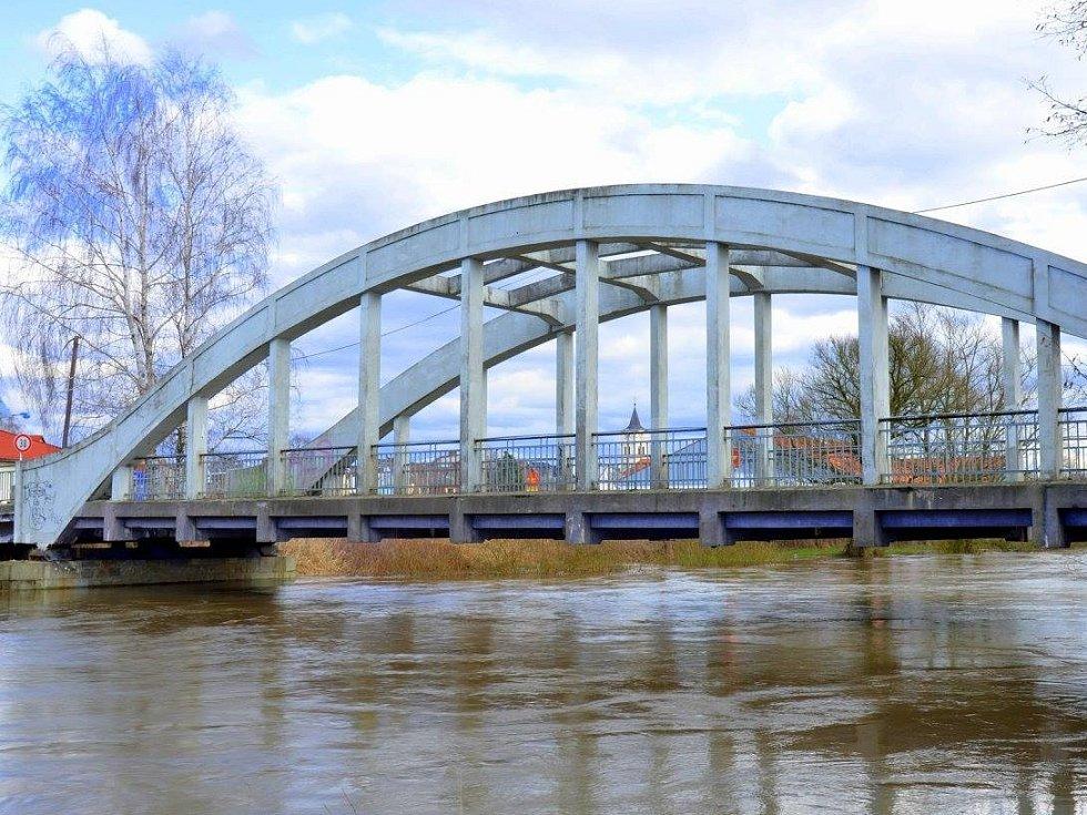 Cyklostezka, která vede mezi Týništěm nad Orlicí a Albrechticemi zase ocitla pod vodou. Je tomu tak pokaždé, když se rozvodní Orlice.