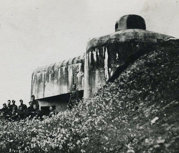 Pevnost Hanička roku 1938.První pevnůstky se vpohraničí začaly objevovat vroce 1936.Do podzimu 1938, kdy se většina pohraničního opevnění po přijetí Mnichovské dohody musela bez boje opustit, bylo stavebně dokončeno pět tvrzí. Mezi nimi iHanička.