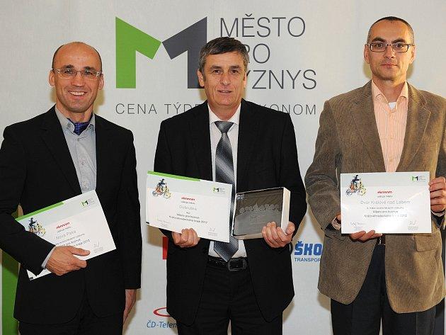 Vítězové. Zleva: Starosta Nové Paky Rudolf Cogan (2. místo), starosta Dobrušky Petr Tojnar (1. místo) a místostarosta Dvora Králové nad Labem Dušan Kubica (3. místo).