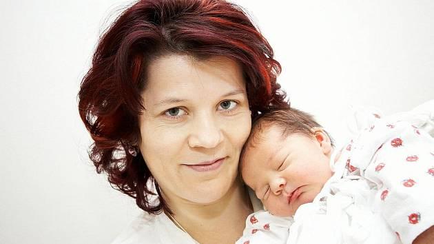 NATÁLIE: Rodiče Hana a Miloš Hrobařovi z Dlouhé Vsi se radují z narození dcery Natálky. Ta přišla na svět 5. 1. v 8.34 hodin (3,78 kg a 52 cm) jako první dítě na Rychnovsku v novém roce. Tatínek byl u porodu. Doma se těší bratr Adámek.