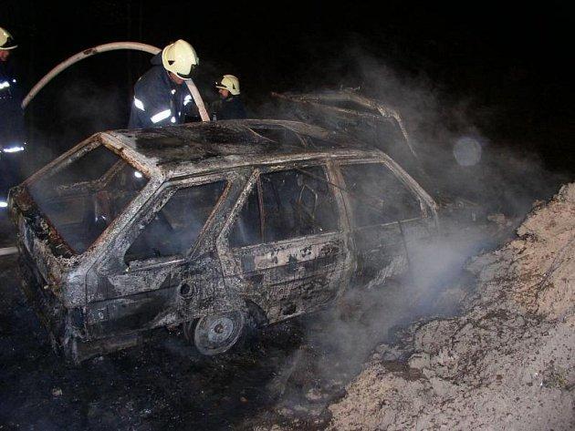 Vamberk: Požár osobního vozidla naštěstí skončil bez zranění.