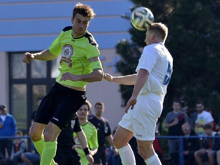 STŘELEC. Dobrušský útočník Aleš Hašek (na snímku vlevo ve výskoku) nastřílel v uplynulé sezoně dvacet gólů.