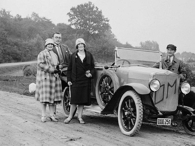 Nový automobil na cestě ujezu vKostelci nad Orlicí, období první republiky 1918-1938.
