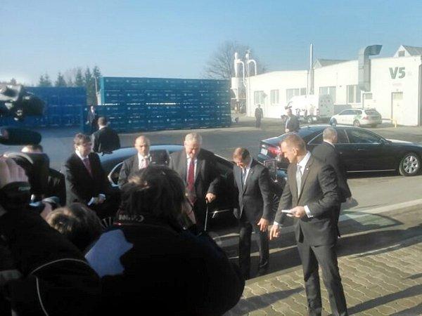 Příjezd prezidenta Miloše Zemana do kvasinského podniku Škoda Auto.