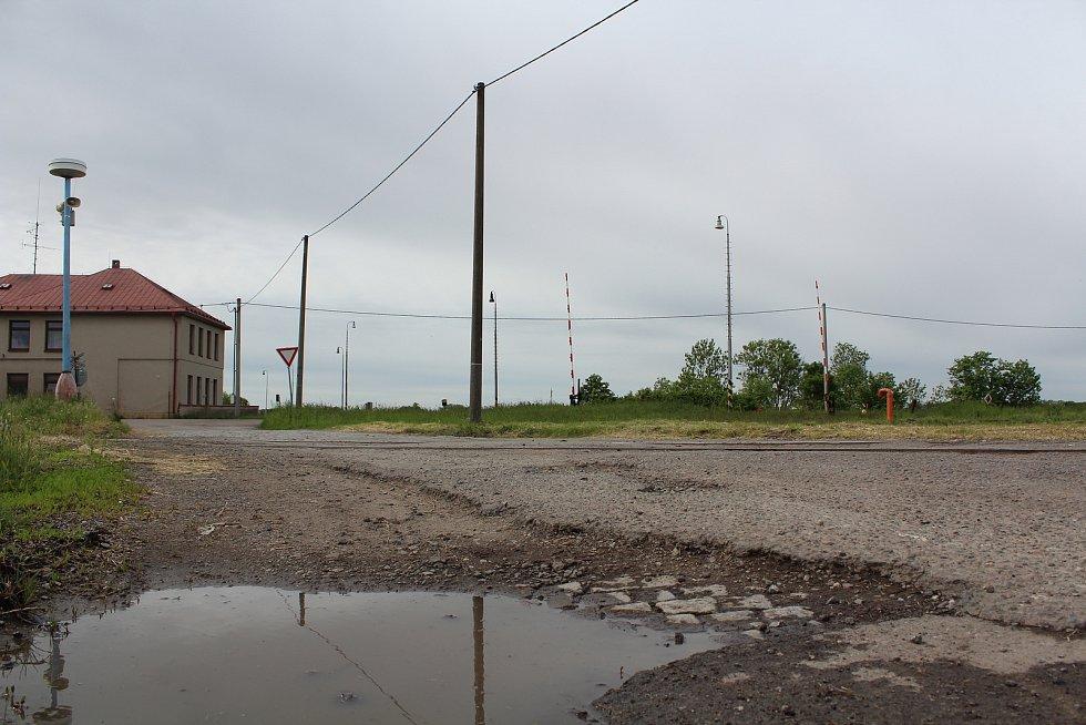Další přejezd se nachází na příjezdové cestě k nádraží.