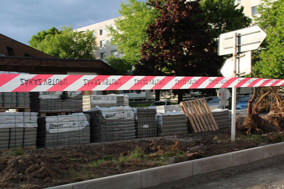 Další rekonstrukce chodníku u hlavního průtahu městem.
