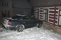 Řidič naboural historicky cenný dům. Škoda je kolem 200 tisíc