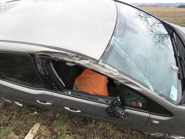 Žena s autem sjela do příkopu a narazila do stromu.