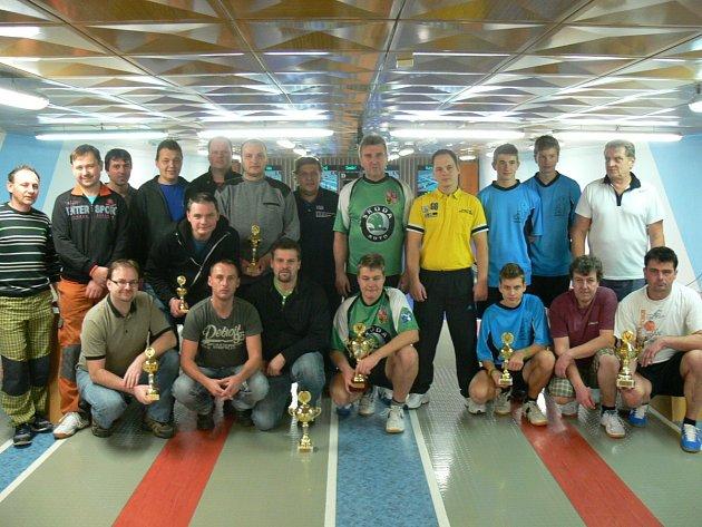 GALERIE VÍTĚZŮ. Zástupci vítězných týmů jednotlivých lig převzali na slavnostním vyhodnocení podzimní části poháry.