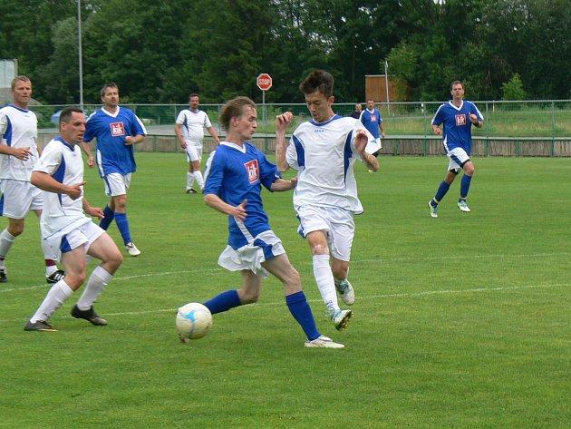 SEDM GÓLŮ padlo v sousedském derby Dobruška C – Opočno B. Na vysoké výhře domácího týmu 5:2 se podílel hattrickem Lubomír Veverka (na snímku zcela vpravo).