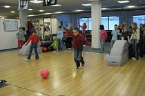 Žáci z 2.C rychnovské Základní školy Javornická oslavili pololetní vysvědčení turnajem v bowlingu.