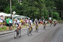 VÍTĚZ desátého závodu cyklistického Dobrušského poháru Tomáš Kulhavý (na snímku jede třetí ve skupině).