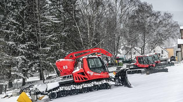 Letošní jaro je nezvykle bohaté na sníh. V Deštném v Orlických horách se ještě dnes prohánějí na svazích skialpinisté.