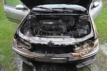 Požár auta a převrácený náklaďák. Hasiči na začátku pracovního týdne měli v Borohrádku napilno.