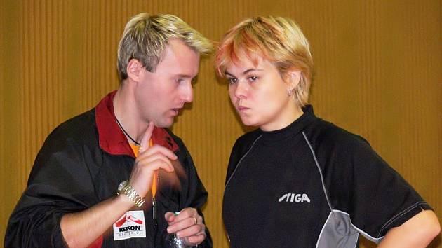 Jednička týmu Andrea Macurová naslouchá mezi sety taktickým pokynům doberského trenéra Jana Šplíchala.