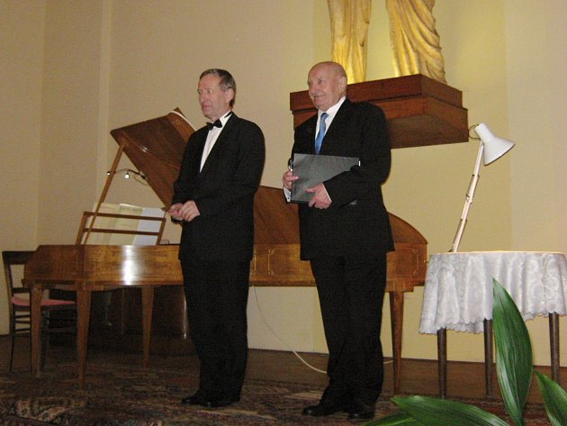 PROTAGONISTÉ úvodního benefičního koncertu na záchranu varhan v Husově sboru varhaník Jaroslav Tůma a herec Josef Somr.