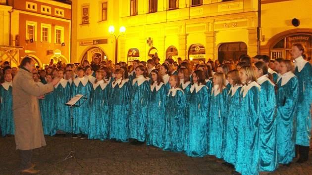 Advent na Starém náměstí zahájil sbor Carmina