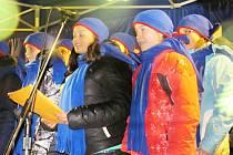 Česko zpívá koledy s Deníkem 2015. Na náměstí F. L. Věka v Dobrušce si s dětským sborem Mezissimo zazpívaly tři stovky lidí.