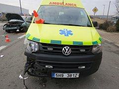 25letý řidič způsobil nehodu se záchrankou.