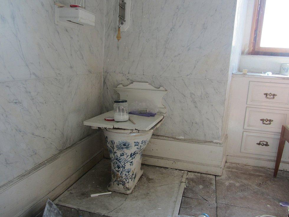 Z druhého patra opočenského zámku. Malovaný záchod.