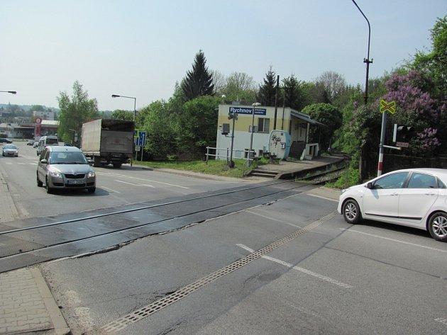 Především ve špičce u železničního přejezdu kolabuje doprava. Tvoří se tu dlouhé kolony. Přejezd prý čeká úprava.