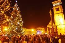 Rozsvícení vánočního stromu probíhalo slavnostně, zaplnilo se celé dobrušské náměstí.