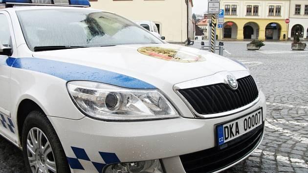 NA OCTAVII MĚSTSKÉ POLICIE v Dobrušce vyšlo na nové značce pořadové číslo 7. Ve spojení s nulami lidem připomíná označení nesmrtelného agenta ve službách jeho Veličenstva.