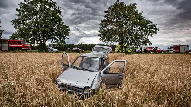 Auto skončolo v poli.