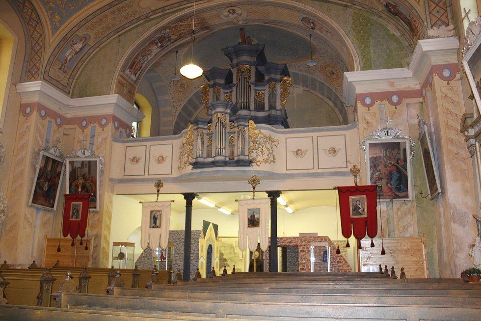 Kostel s modely věží.