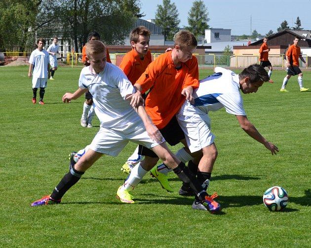 PĚT GÓLŮ padlo v utkání krajského přeboru dorostu v Rychnově, kde domácí (tmavé dresy) porazili Slavii Hradec 4:1.
