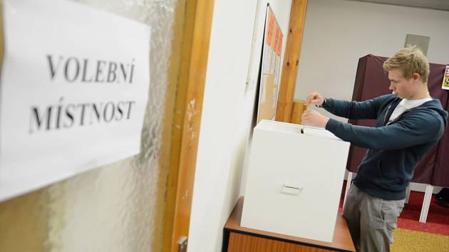 DO VOLEBNÍ MÍSTNOSTI V KVASINÁCH dorazila i mladá generace. Zde chodí místní volit na úřad.  Vyhrála tu KDU-ČSL.