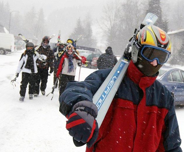 OD PŘEDEŠLÉHO VÍKENDU si mohou lyžaři užívat sněhu v mnoha zimních střediskách Orlických hor. Areály se pomalu začínají plnit a jejich majitelé si slibují vydařenou sezónu.