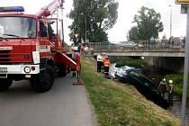 Ve čtvrtek 10. května vytahovali hasiči v Solnici auto z řeky