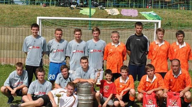 Finalisté turnaje ve Valu po rozhodujícím utkání. Vlevo vítězný Retro Team, vpravo domácí celek.