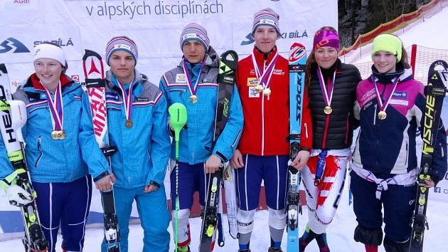 MEDAILISTÉ. Dvojnásobný juniorský mistr ČR Tomáš Klinský stojí třetí zprava.