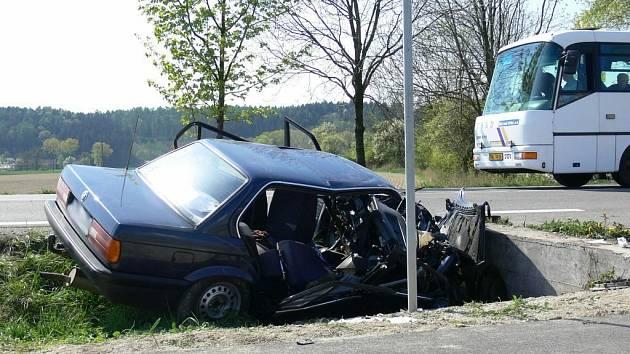 Dopravní nehoda osobního automobilu se stala v pondělí 20. dubna před obcí Solnice (Rychnovsko). Při nehodě byly zraněny dvě osoby.