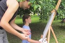 LÉTO NA ZÁMKU v Doudlebách nad Orlicí je výtvarné. V neděli se tu konal Dětský doudlebský plenér. Kromě nejmenších se ho zúčastnili i dospělí.