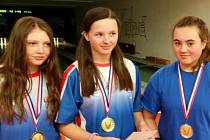 NEJLEPŠÍ ŽÁKYNĚ. Zleva třetí  Barbora Bajerová,  první Helena Mervartová a druhá Aneta Dostálková.
