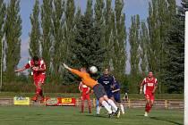 VYROVNÁNO! Osamocený týnišťský stoper Vlastimil Voženílek dvě minuty před koncem prvního poločasu hlavou překonal gólmana Martina Malého a upravil průběžné skóre na 1:1.