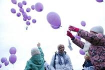 Několik stovek balonků letělo k nebi..