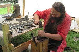 BRNÍŘ BOBR Z BOBROVA předvedl výrobu kroužkové zbroje také v Uhřínově pod Deštnou ve skanzenu Villa Nova. Návštěvníci tak mohli vidět, jak vzniká ta správná středověká výzbroj
