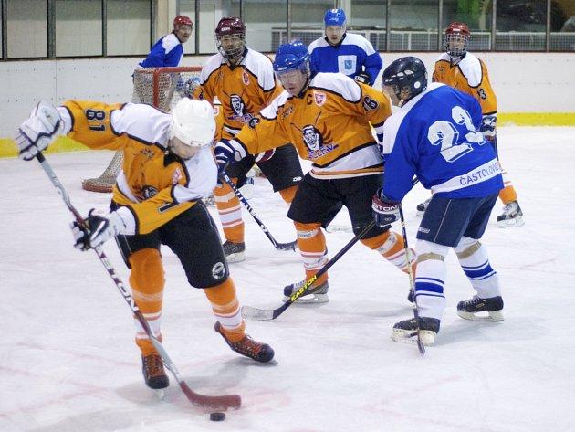 SOUSEDSKÉ DERBY. Devět gólů padlo v magnetu osmého kola Rychnovské hokejové ligy, v němž Častolovice zdolaly Kostelec nad Orlicí těsně 5:4.